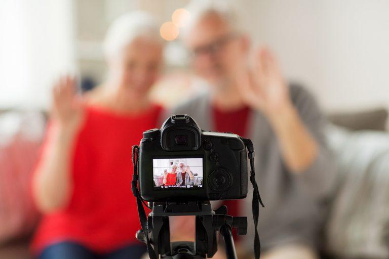 Alto astral, informação e diversão: Conheça o conteúdo digital para o público 60+ - Viver a Vida