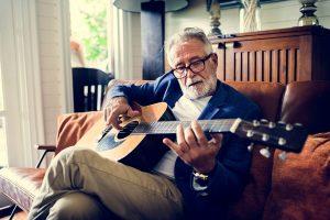 Mitos sobre aprender a tocar um instrumento após os 60 - Viver a Vida