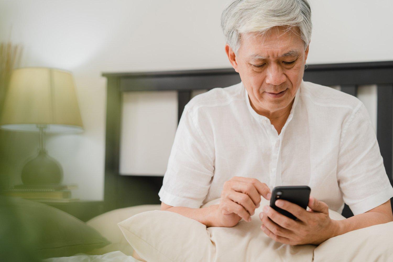 Idosos aprimoram habilidades para uso de celular em curso - Viver a Vida